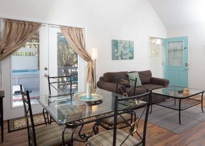 Cottage 7 Diningroom 400x284